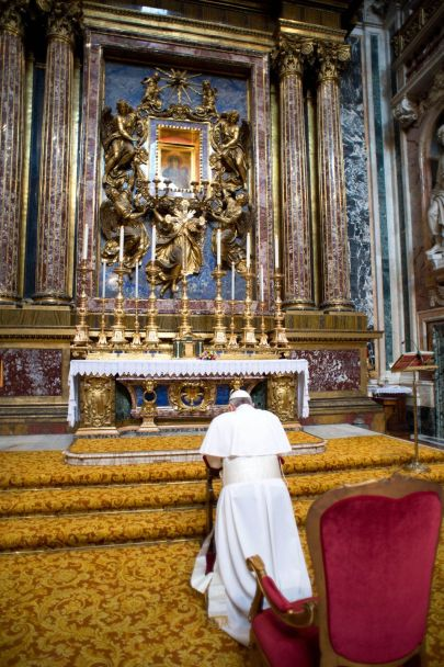 pope-francis-kneeling-at-st-mary-major